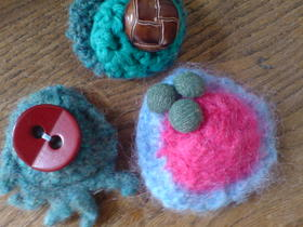 Crocheted_brooches_1