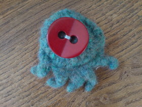 Crocheted_brooches_9